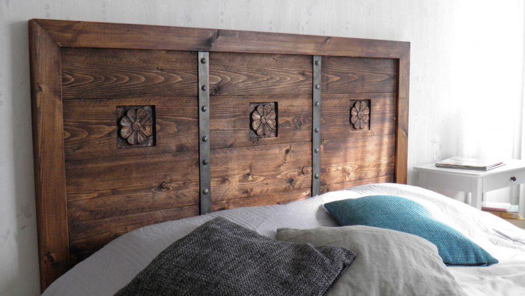 veistokoristeltu-ruskea-vahattu-puinen-sängynpääty