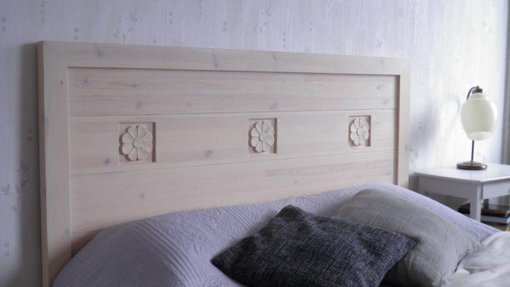 sängynpääty-puinen-veistokoristeltu-vahattu-vaalea