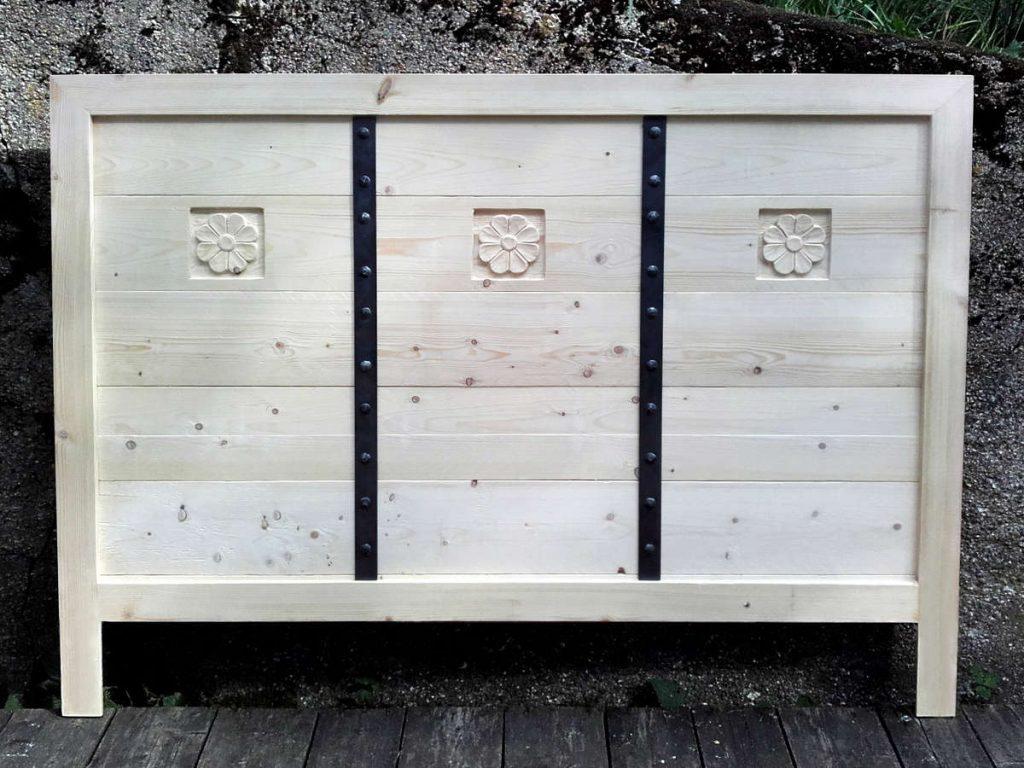 puinen-sängynpääty-veistokoristeltu-sidosraudat