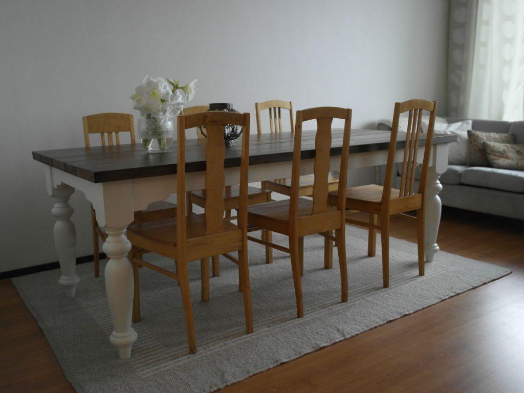 puinen-ruokapöytä-sorvatut-jalat-lankkukansi
