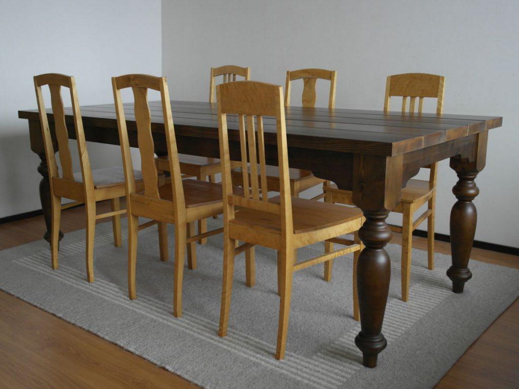 puinen-pöytä-lankkukansi-sorvatut-jalat