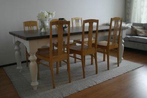 puinen-ruokapöytä-valkoinen-sorvatut-jalat