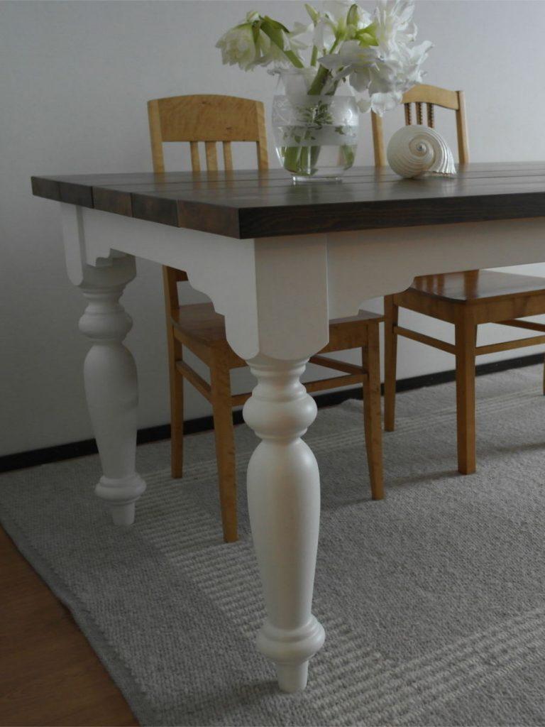 ruokapöytä-maalaisromanttinen-sorvatut-jalat