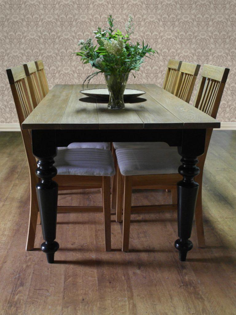 musta-tammikantinen-pöytä